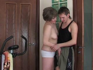 Зрелую даму трахают в пизду и рот - порно для дрочки