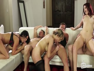 Секс зрелых лесбиянок с большими сиськами и упругими попами на диване дома