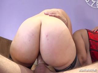 Порно видео лесбиянок, которые трахаются на диване в киску вдвоем со своими мужчинами дома