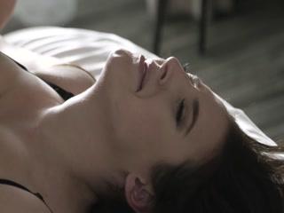Анал с молодой девушкой и парнем на большой кровати - порно для дрочки