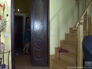 Секс с русской блондинкой в чулках на диване дома у хозяина квартиры