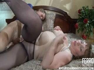 Порно со зрелой женщиной и ее парнем на диване в гостиной комнате» онлайн hd