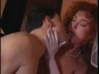 Секс молодых жен и их мужей в разных позах на диване дома