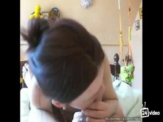 Русская девушка с большой грудью трахается в пизду и рот со своим парнем