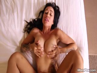 Порно со зрелой женщиной и мужчиной дома в киску, а потом еще трахает