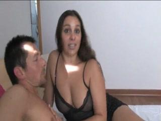 Секс со зрелой женщиной на кровати и ее любовником дома, что любит трахаться