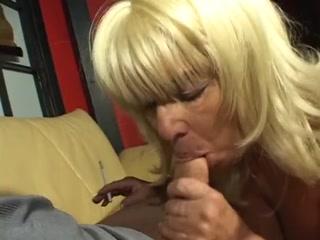 Бабушка и внук занимаются сексом на диване  для дрочки