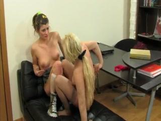 Секс со зрелыми начальницами в офисе на диване !