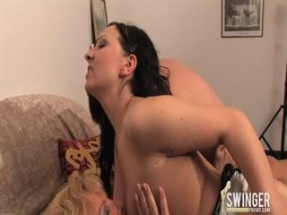 Порно видео лесбиянок со зрелыми дамами дома на диване - зрел