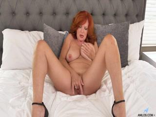 Девушка дрочит письку и кончает на кровати после мастур